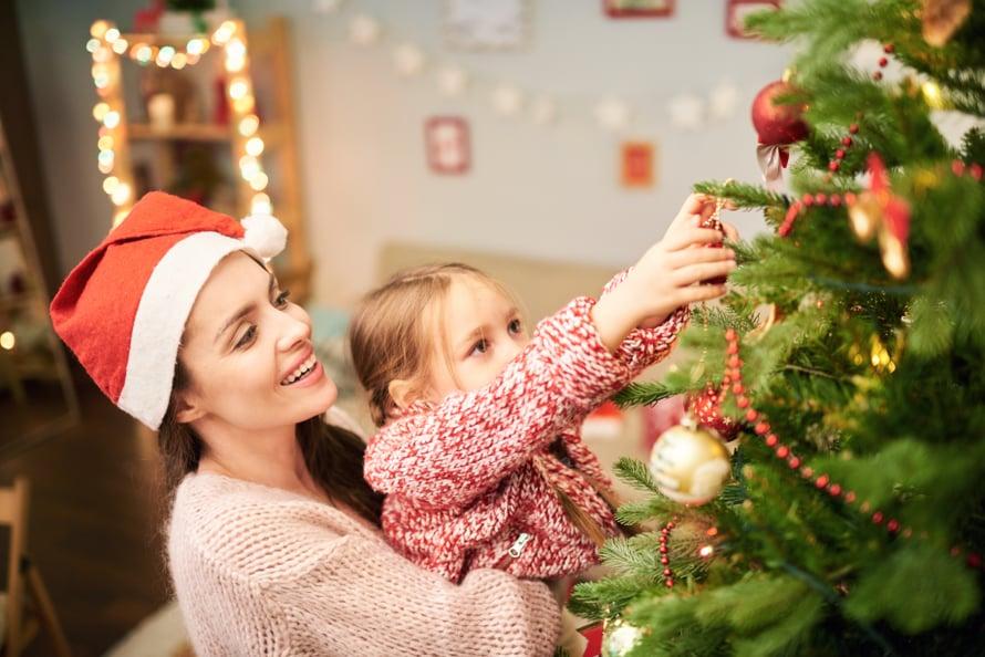 Kaksi kolmesta haluaa edelleen joulukuusen, mutta entistä useampi kelpuuttaa myös muovisen.