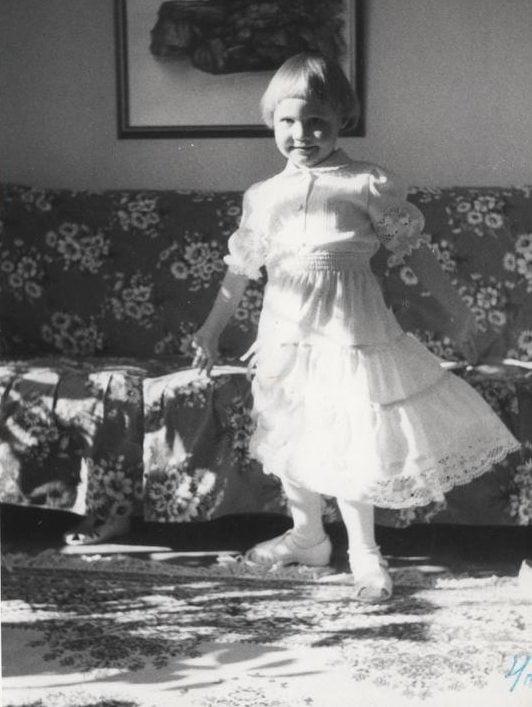4-vuotispäivänäni sain olla prinsessa, kuten aina synttäripäivinä. Muistan, miltä mekon kreppikangas tuntui.