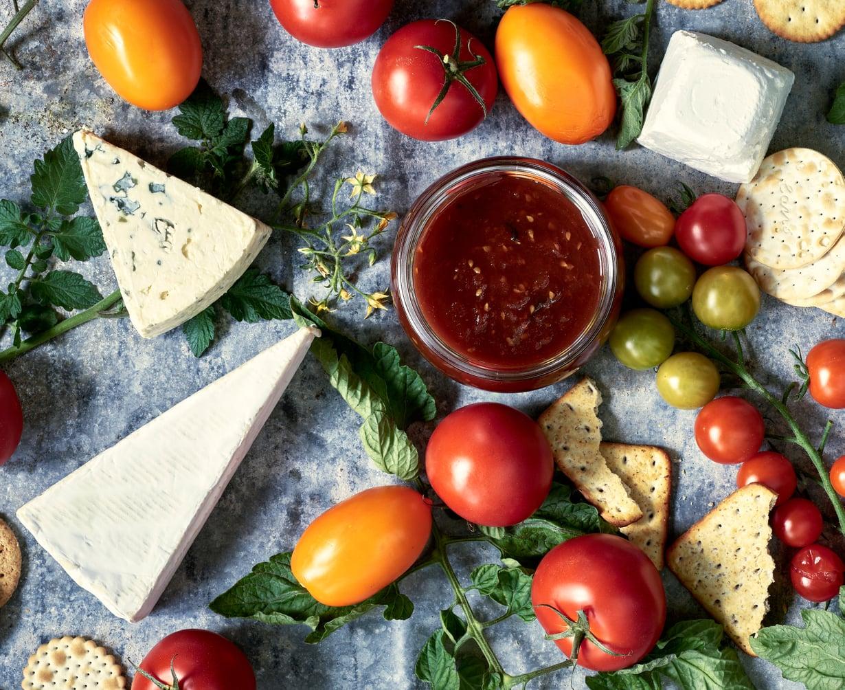 Hienostunut tomaattihillo on täydellinen kumppani juustoille ja sopii lautaselle myös lettujen kanssa.