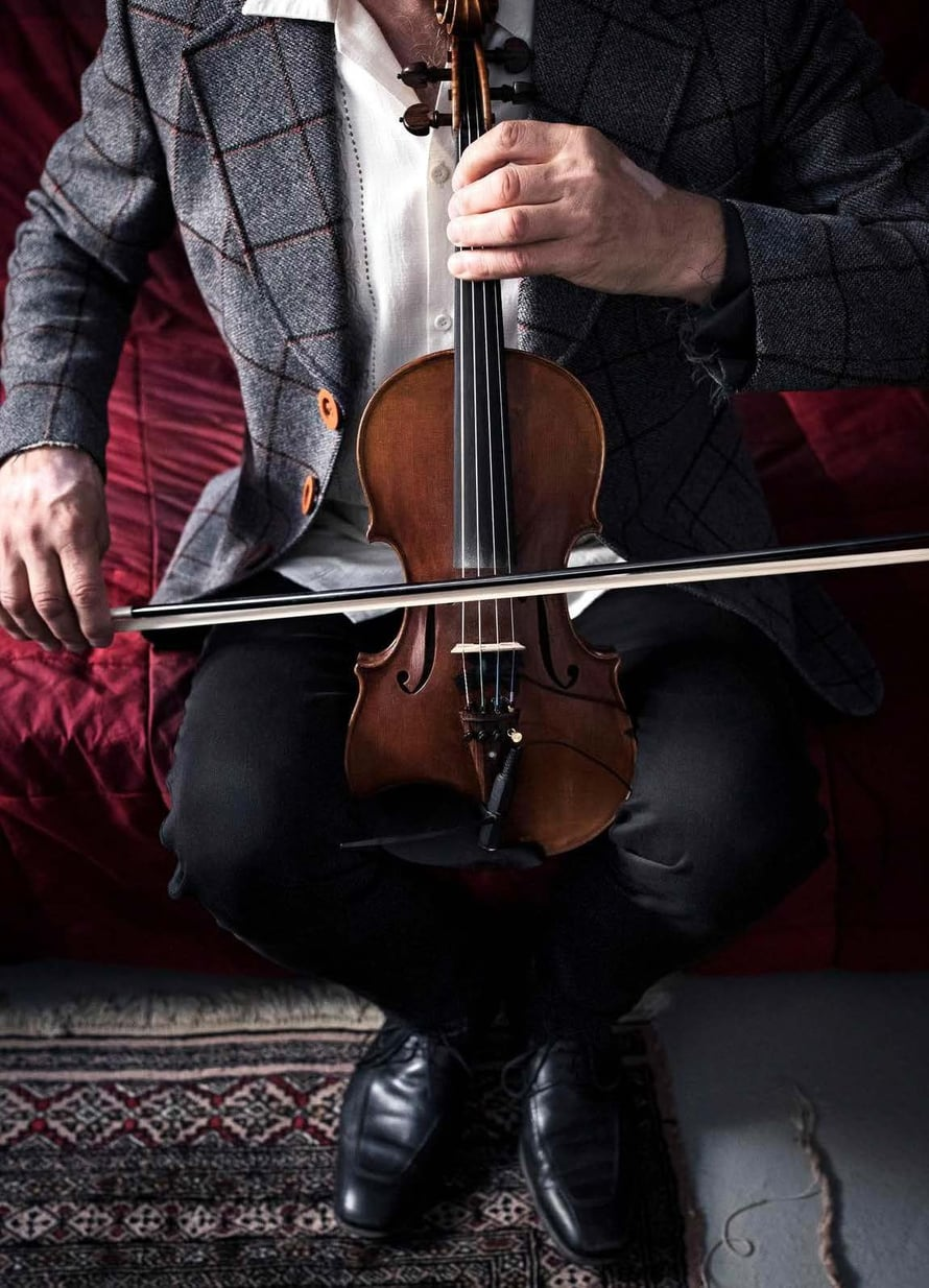 Ismo ei osaa soittaa viulua, mutta soittaa sitä silti. Tosin sellotyyliin.