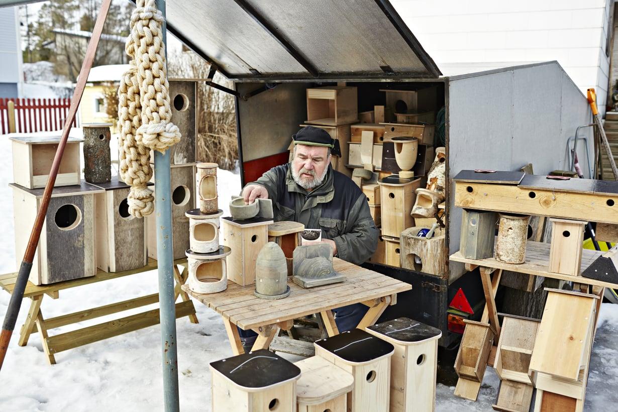 Kotkassa sauva eläkeläinen Urpo Koponen, 68, on harrastanut lintuja koko ikänsä. Hän on Ylen Luontoiltojen vakioääni.