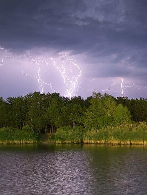 Salama voi iskeä myös vedessä, joka on hyvä sähkönjohdin. Älä siis mene ukkosella uimaan.