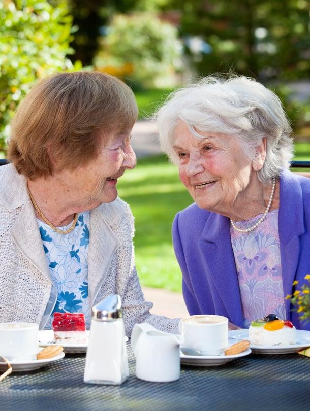 """Diakoninen vanhustyö yrittää tavoittaa myös ihmiset, jotka jäävät palveluiden ulkopuolelle. """"Työ on haastavaa, koska monet yksinäiset vanhukset ovat yksin kotona. Heillä ei välttämättä ole kontakteja kodin ulkopuolelle. Miten heidät sieltä tavoittaa?"""" miettii diakoni Noora Rajala."""