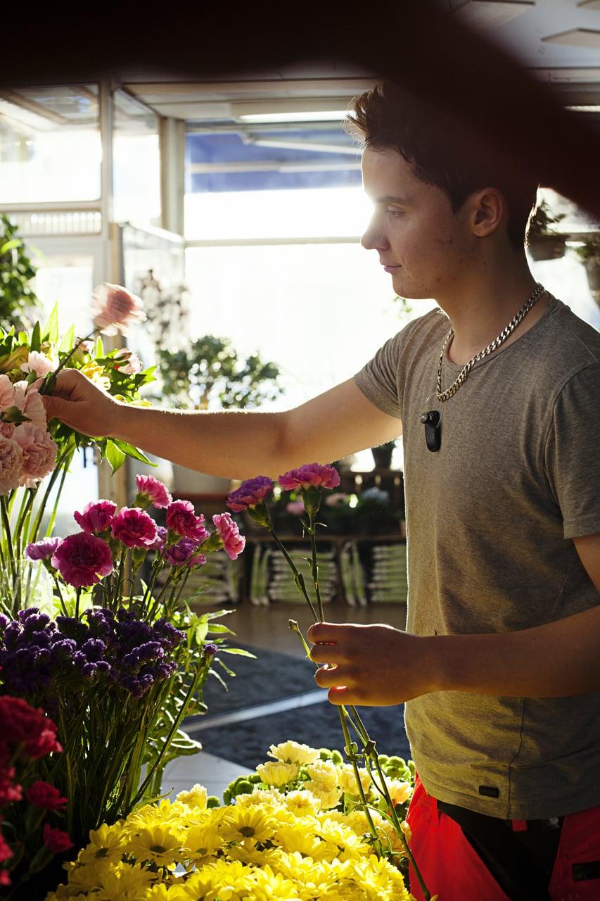 """""""Elämän tarkoitus on se, että yrittää pitää kukkansa hengissä, vaikka tietää, että ne kuolevat"""", Teemu sanoo."""