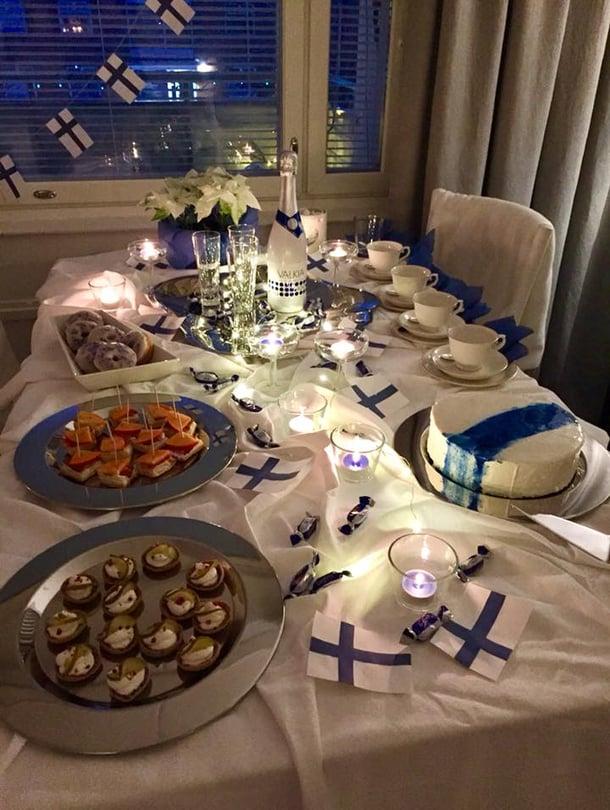 Perheeni kesken juhlittiin Suomen itsenäisyyspäivää suolapaloilla, itse leivotuilla donitseilla ja mustikkamoussekakulla.  - Heidi