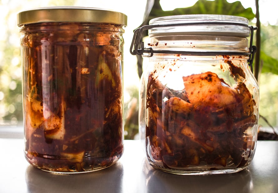 Valmis kimchi on tässä ollut vuorokauden huoneenlämmössä, jotta maitohappobakteerit pääsevät aloittamaan työnsä. Nyt purkit siirretään kylmään ja kimchi on valmista nautittavaksi noin viikon päästä. Kun kimchi on valmista, sitä voi pilkkoa ruokiin tai tarjota sellaisenaan lisukkeena. Kun kimchi-kuume iskee, joskus se maistuu ihan pelkästäänkin.