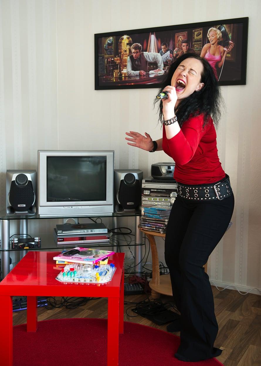 Kun Heli meni aikoinaan naimisiin, hevimusiikkia fanittava pari otti sukunimekseen Hevanderin. Karaokelaitteet ovat olohuoneessa kunniapaikalla.