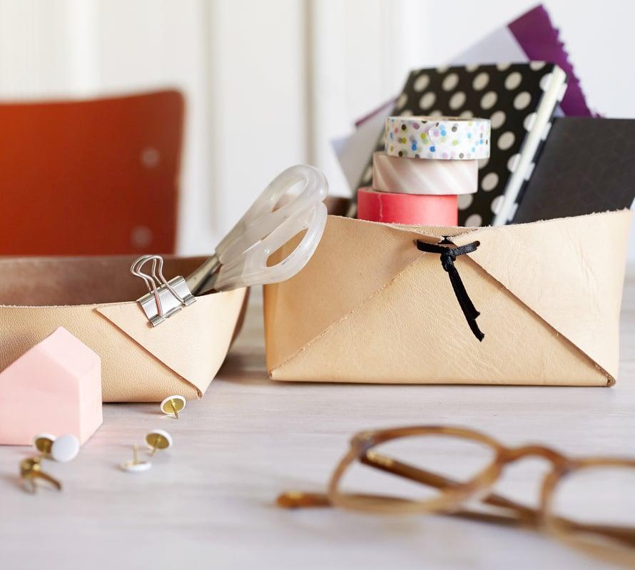 Laatikko kaikelle. Erikokoiset boksit näyttävät hauskoilta yhdessä. Mitä isompi laatikko, sitä napakammasta materiaalista se kannattaa tehdä.