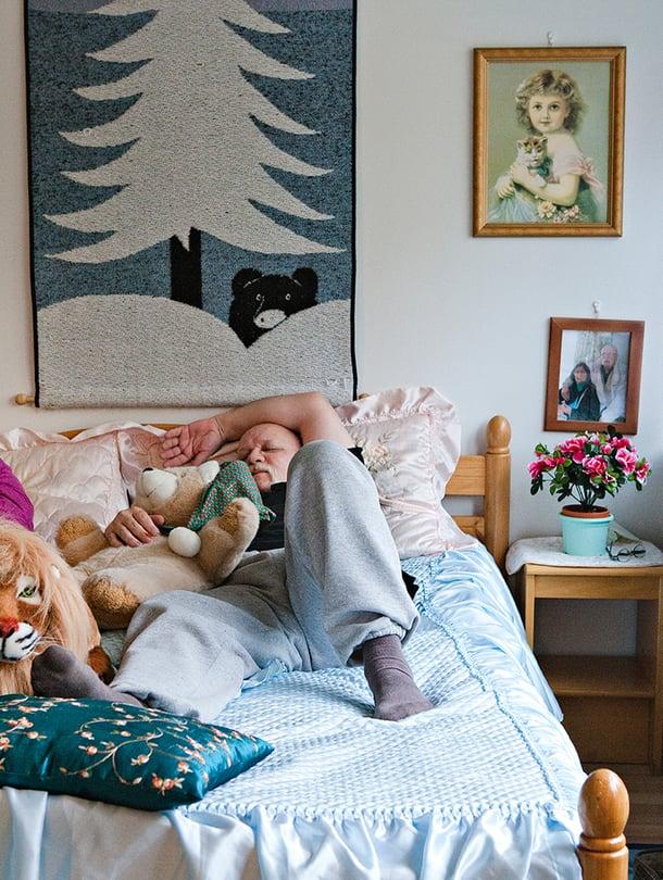 Meile ja Sergei heräävät yhä joka aamu neljältä, aivan kuten kadulla asuessaankin. Iltapäivällä otetaan nokoset pehmolelujen keskellä.