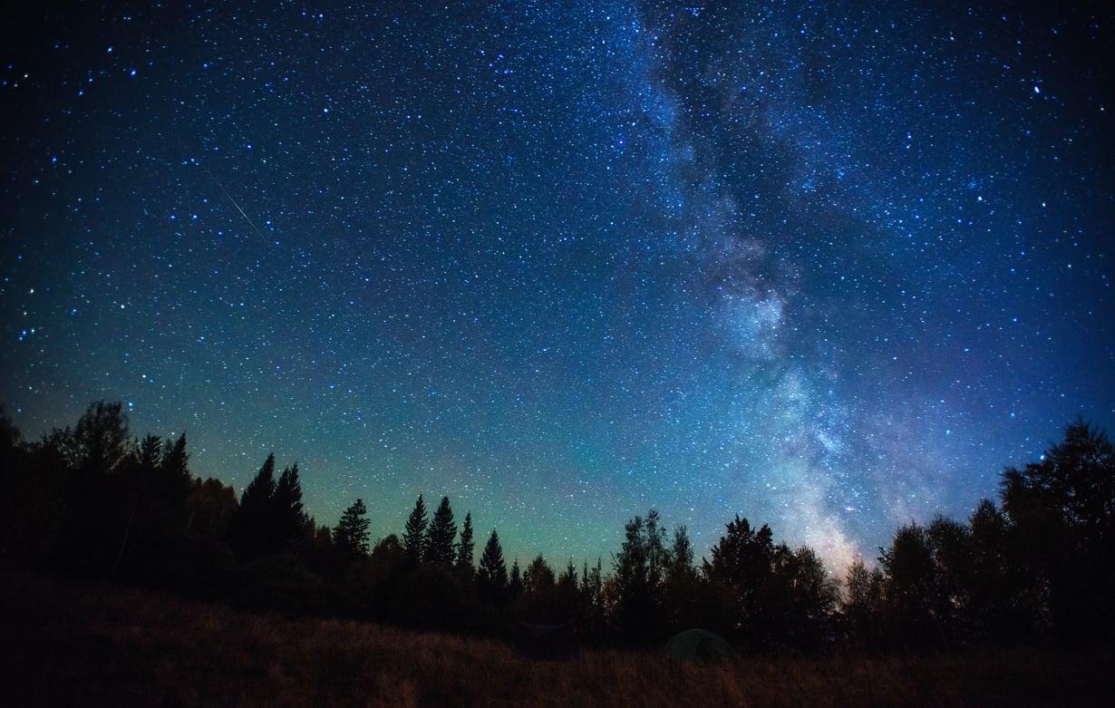 Pimeissä paikoissa tähdet näkyvät hienosti, mutta kaupunkien valotkaan eivät estä niitä näkymästä.