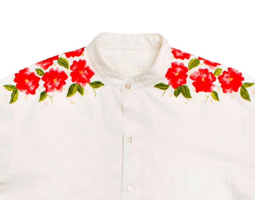 Ritva myös neuloo ja kirjoo. Eräänä kesänä hän koristeli 20 paitaa kukilla ja linnuilla.