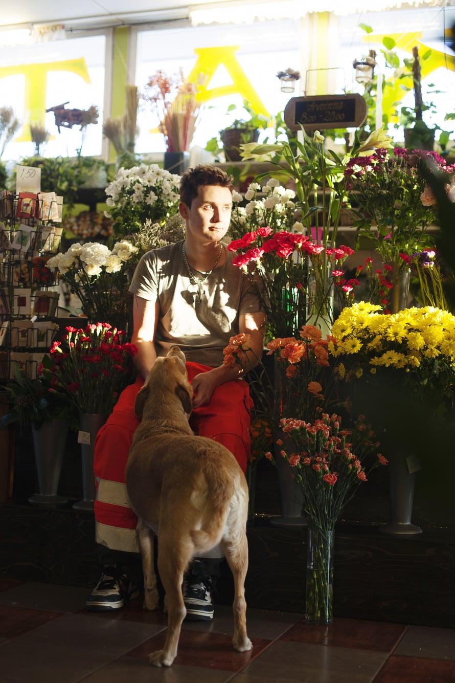 Teemu Nikkanen on pakertanut töitä puutarhayrityksessään puoli vuotta putkeen. Häntä nyppii vain se, että päivien välissä on yöt.