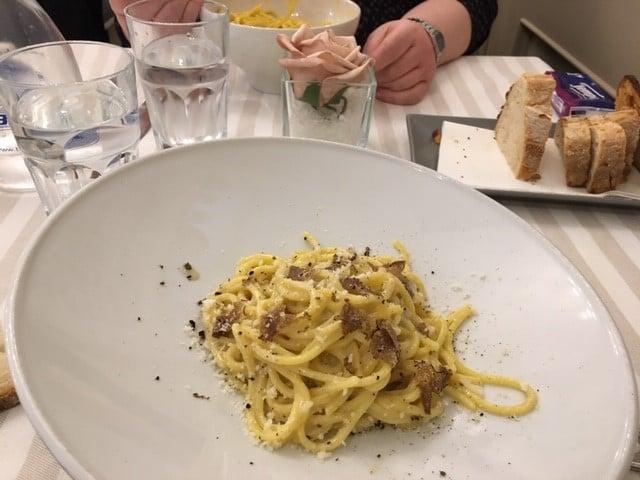 Cacio e pepe con tartufo -pasta. Joku voisi sanoa, että lautaselle mahtuisi muutakin. Ihan sama, on niin hyvää.