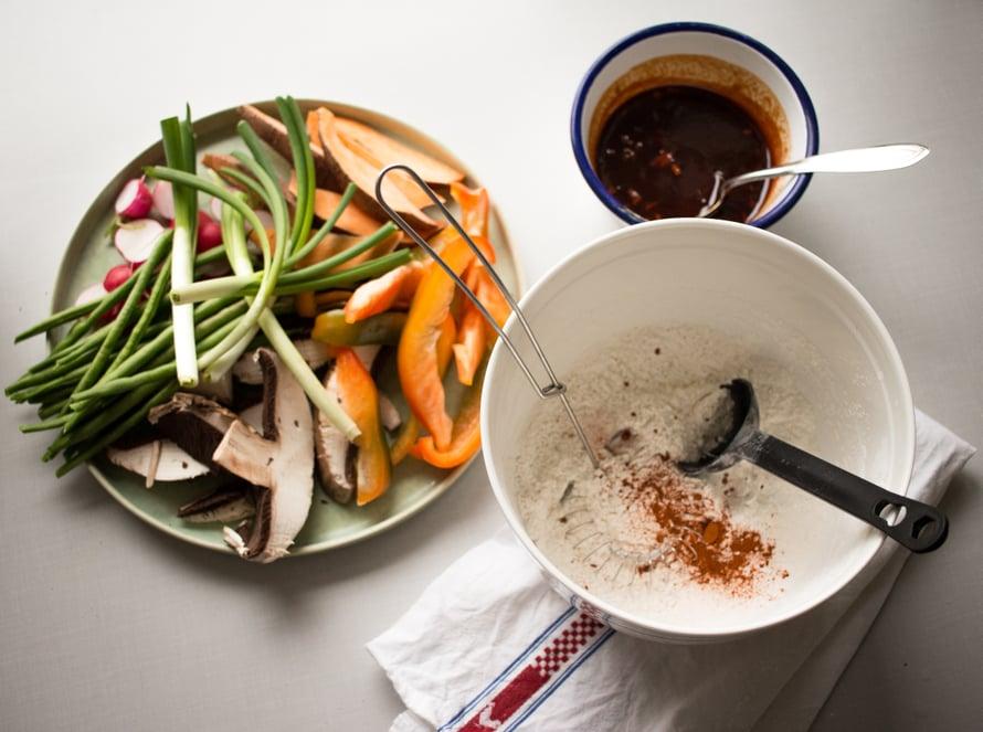 Pilko vihannekset, tee dippikastike ja sekoita kuivat ainekset keskenään ennen öljyn kuumentamista. Sekoita neste kuiviin aineksiin vasta kun on aika aloittaa friteeraus.