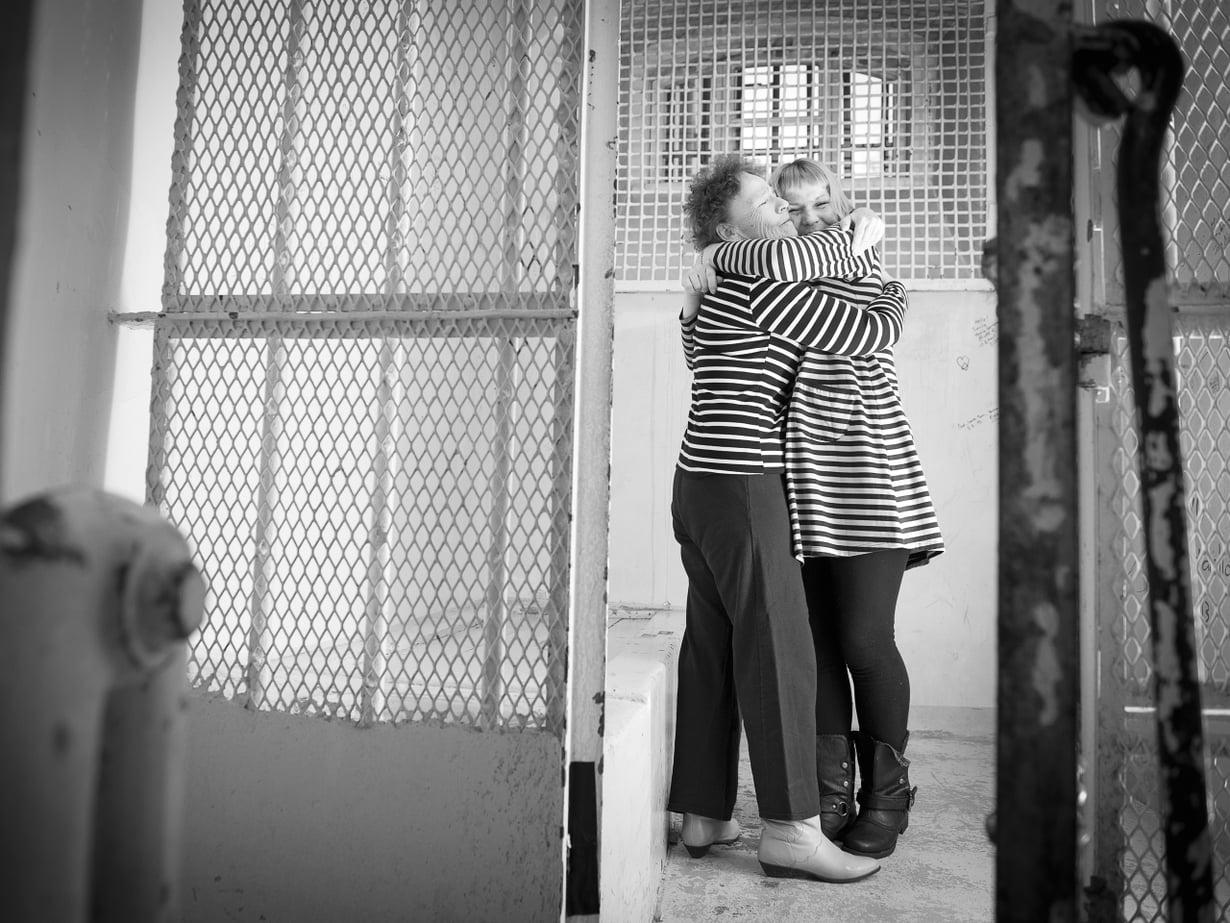 Anita Korhonen on onnellinen siitä, että sai tyttärensä takaisin. Tiina Korhonen uskoo, ettei kukaan muu kuin äiti olisi jaksanut vaikeita vuosia. Kuva on otettu Best Western Premier Hotel Katajanokalla.