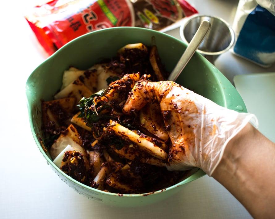 Hiero maustetahna kysskaalipaloihin kunnolla, käyttäen muovihanskoin peitettyjä käsiä.