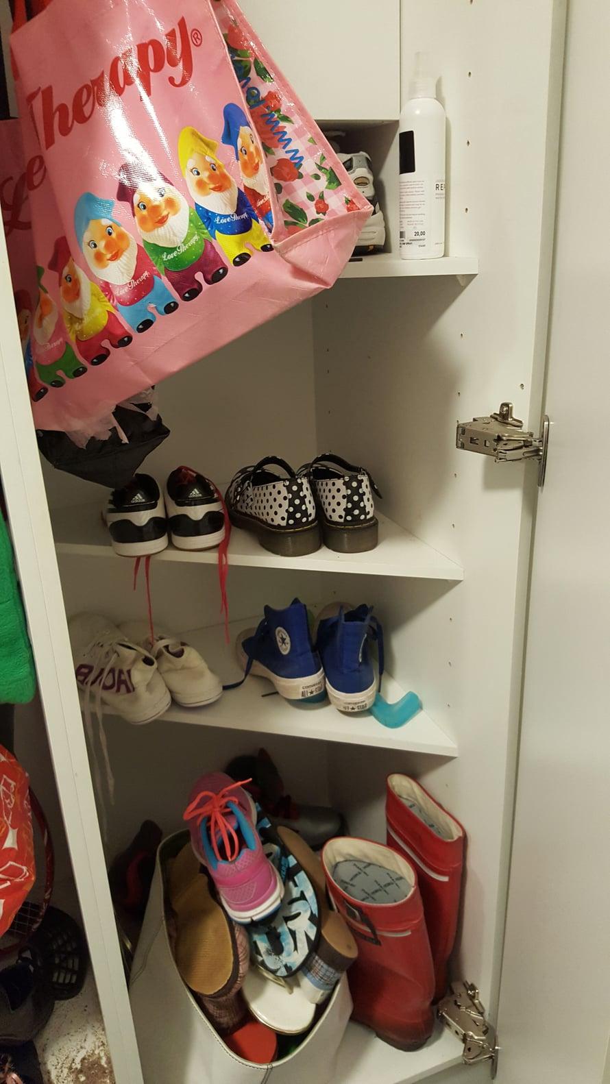 Siivouskaapista tuli kenkäkaappi, jossa imurille ei ole sijaa. Sen on siis lojuttava toisaalla, vaikka olkkarin lattialla.