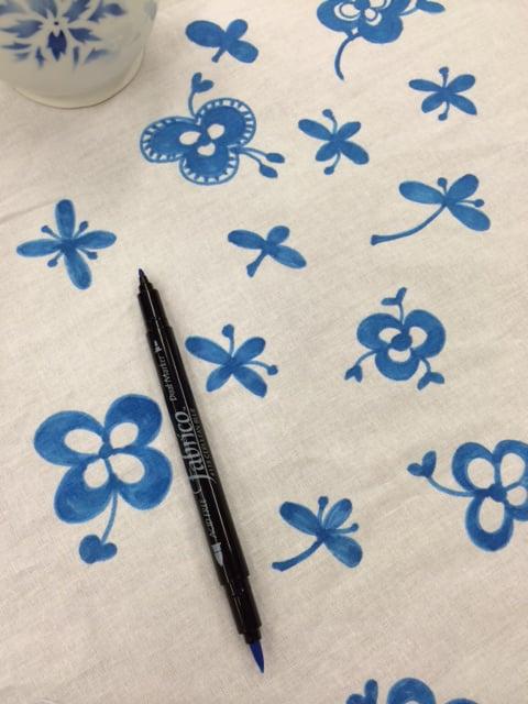 Pöytäliinan kukkakuvio sai innoituksensa Rörstrandin Mon Amie -astioiden ja Royal Copenhagenin Blue fluted mega -kahvikuppien kyljistä.