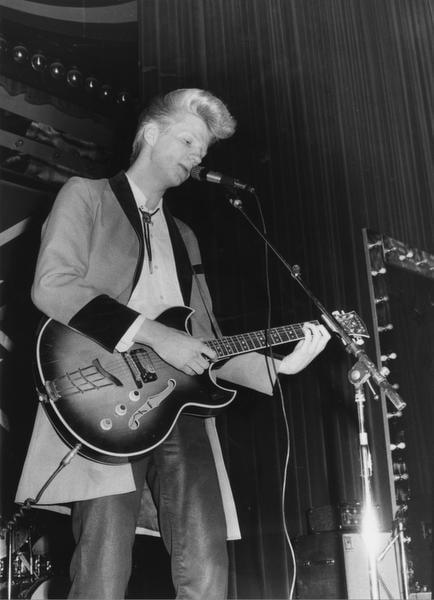 """Alpo """"Aikka"""" Hakala tuli tunnetuksi 1970-luvun lopun rockabilly-buumissa, kun hän luotsasi tyylisuunnan suosituinta suomalaisyhtyettä Teddy & the Tigersia. Keväällä 2013 Alpo sai vakavan aivoinfarktin."""