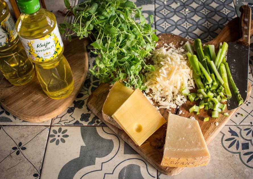 Arancineihin voi laittaa sisälle mitä vaan, mutta juustoa ei kannata skipata. Juuston lisäksi omiini tulee tänä vappuna parsaa.