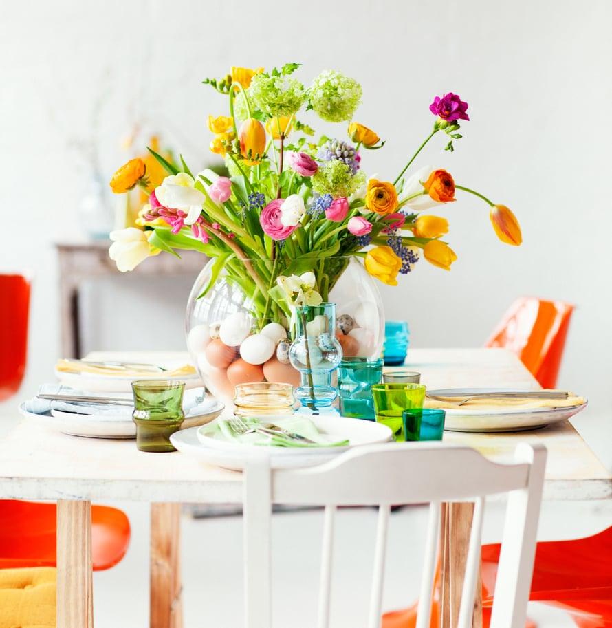 Kattaus on osa juhla-ateriaa: kaunis kukkakimppu ja omat lautaset jokaiselle ruokalajille riittävät.