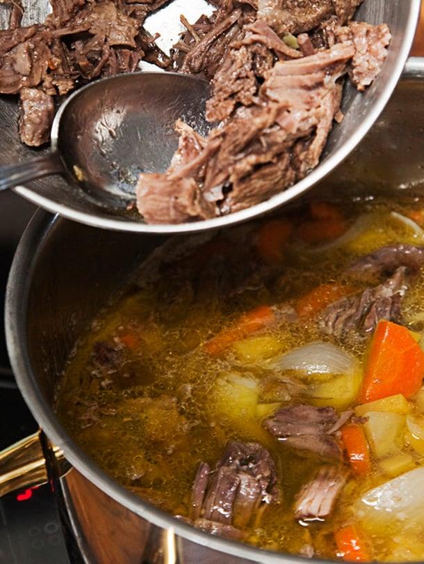 Herkullisimmassa lihakeitossa juurekset keitetään lihaliemessä ja kypsä liha lisätään vasta lopuksi.