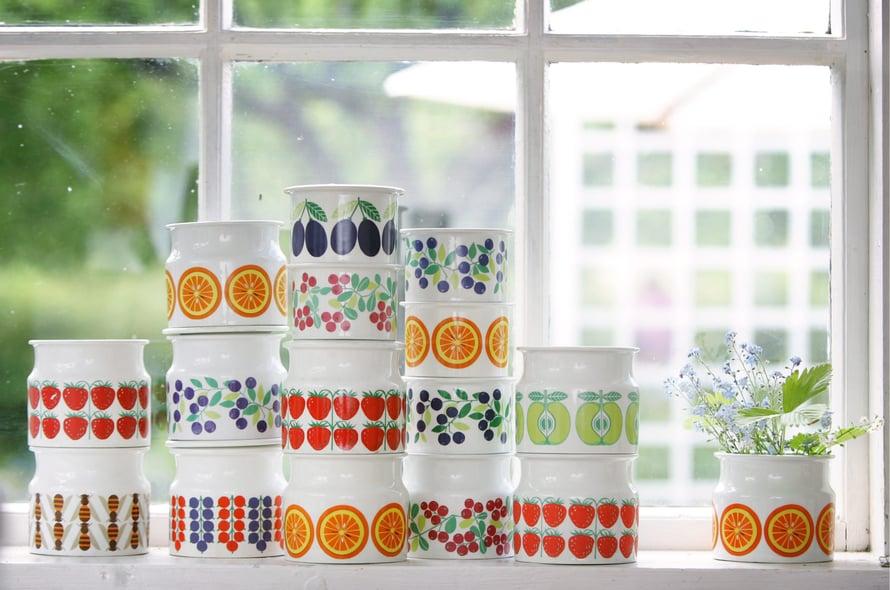 Raija Uosikkisen Pomona-astiasarja on täynnä kesän värejä. Kuva Jenni-Justiina Niemi