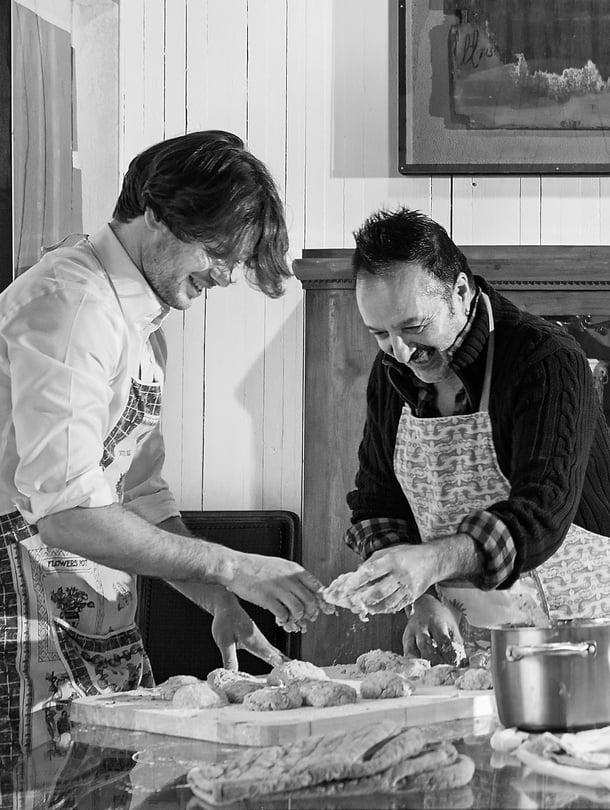Kasimir ja Veijo Baltzar halusivat kuvaan taikinaiset kädet, koska yhdessä leivotut sämpylät maistuvat yhä samoilta kuin 20 vuotta sitten.