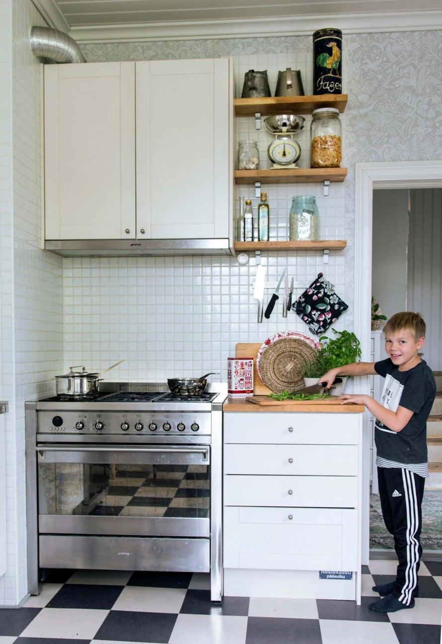 Kunnon kaasuliesi on ahkerien kokkien käytössä korvaamaton. Myös Sisu laittaa ruokaa mielellään. Klassinen shakkiruutuinen lattia on tehty linoleumlaatoista.