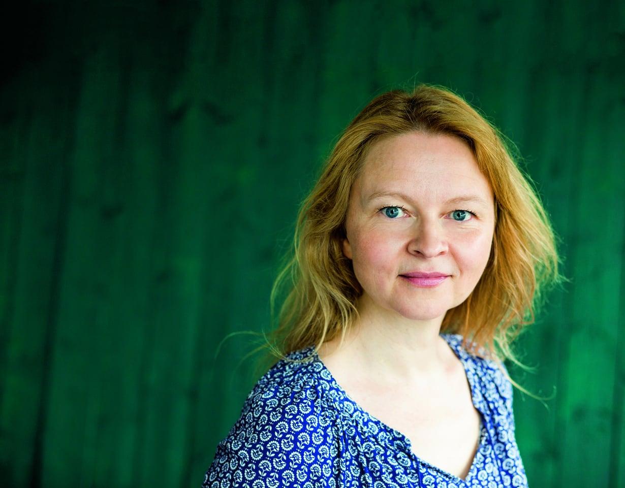 Taidehistorioitsija Anna Kortelaisen uusin teos on Huonon matkailijan päiväkirjan (Tammi). Se perustuu hänen isoisänsä Reino Peltosen perintöön, joka mahtui omenalaatikkoon.