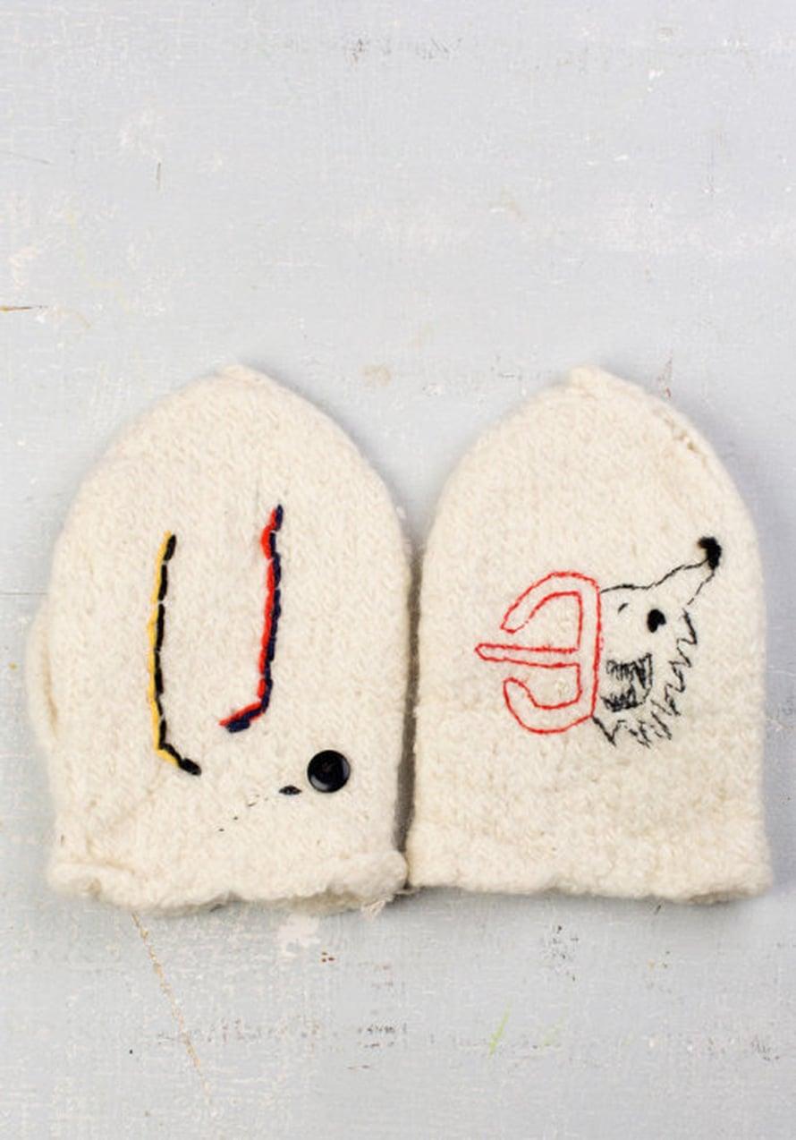 """Tampereen lapaset. """"Kiakko"""" saa aikaan suuria tunteita tamperelaisissa, riemusta pettymyksiin. Kumpaakohan kannattais? Yhteen vaan molemmat; sitä sanotaan SYNERGIAKSI. Näitten nimi on SYNERGIA! Lapaset on tehty kierrätyslangoista."""