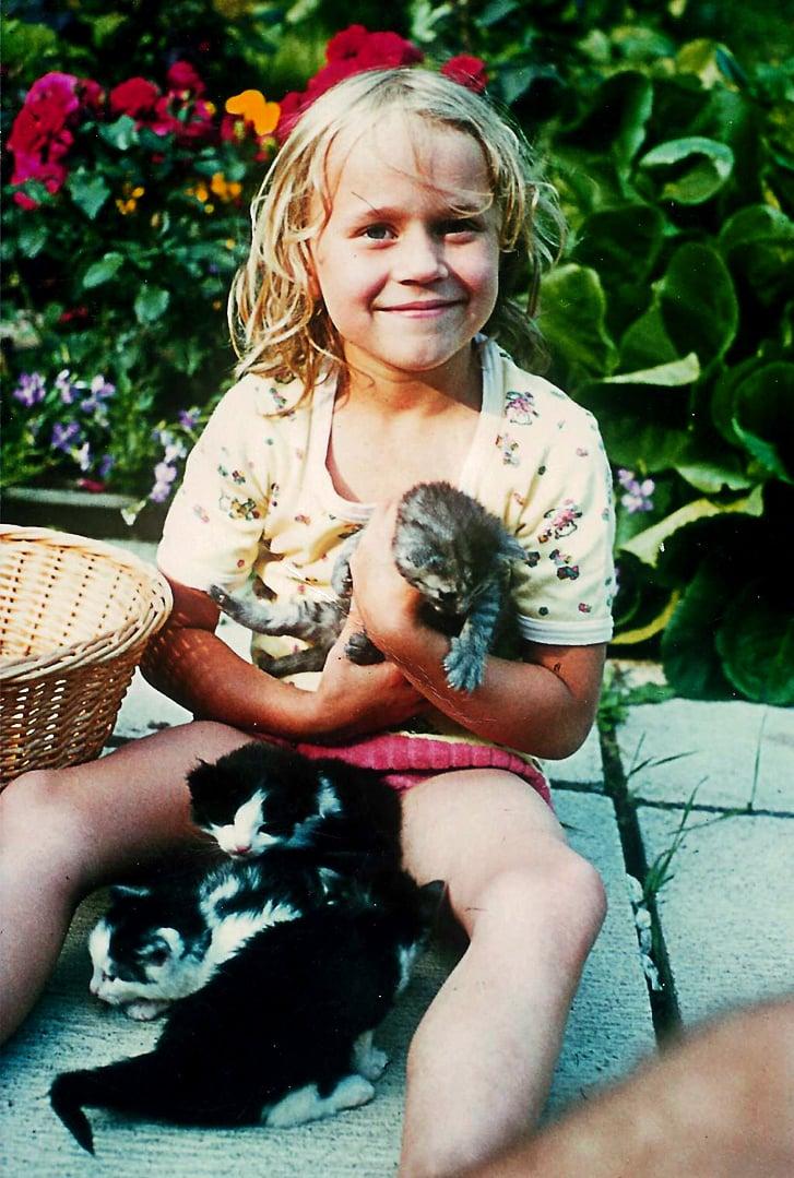 Saara ja Saaran Kaisa-kissa pentuineen 1974.