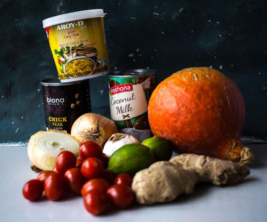 Mausteena käytän tässä valmista keltaista currytahnaa. Olen ostanut sen Aasia-marketista ja mielestäni se on paljon parempaa kuin markettien pienissä purkeissa myytävät tahnat – pikkupurkkien tahnat ovat olleet tähän mennessä järjestäen niin suolaisia, että kun tahnaa lisää reippaasti, tulee ruoasta liian suolaista, ilman että ruoassa kuitenkaan maistuu kunnolla curryn eri vivahteet. Iso purkillinen hyvää valmista currytahnaa maksaa vajaat kolme euroa ja se säilyy jääkaapissa kuukausia.