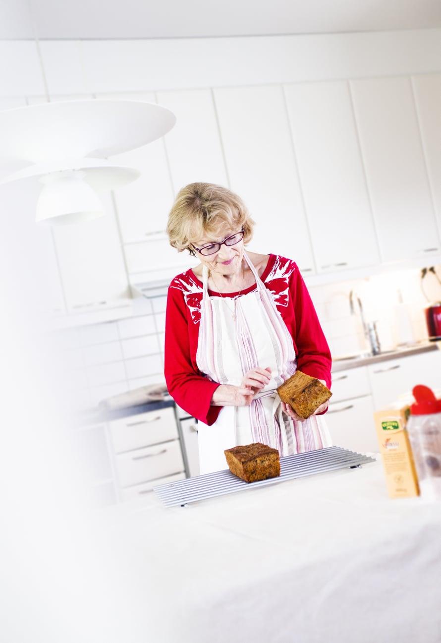 Marja-Liisa Mäensivu on 69-vuotias pirkanmaalainen eläkeläinen, joka harrastaa maalaamista.  Perheeseen kuuluvat aviomies ja aikuinen tytär perheineen.