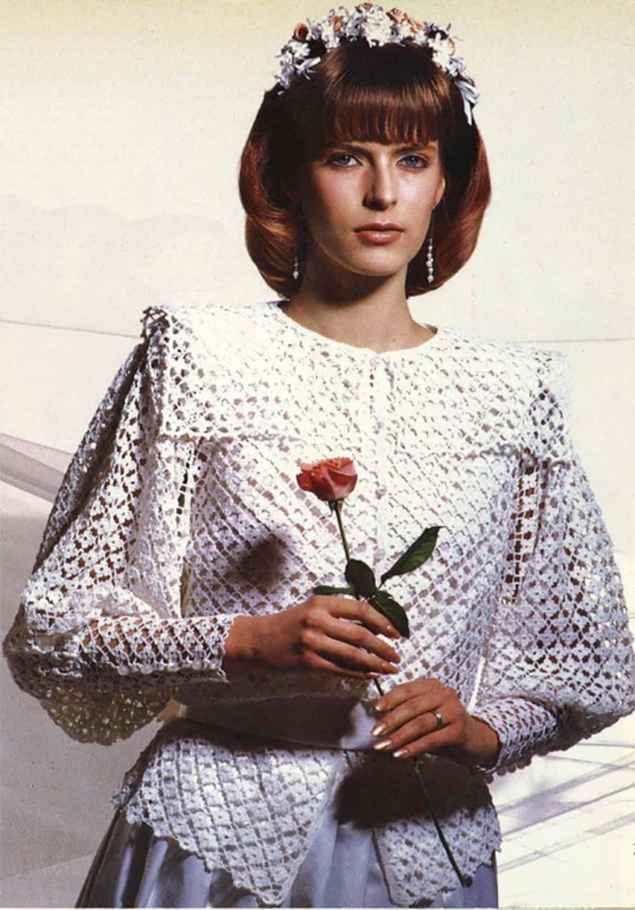 Romanttinen tyttö säilyttää tyylinsä myös häissään. Hän pukeutuu virkattuun jakkuun, jonka kaulus ja hihojen yläosat tärkätään muotoon. Jakku on vuodelta 1986.