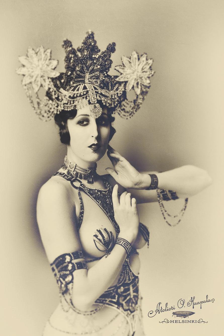 Vintage-tyyliin käsitellyssä valokuvassa Ana poseeraa burleskitähti Pepper Sparklesina. Esiintymispäähine on tunnetun hatuntekijän Fiona Timantin työtä.