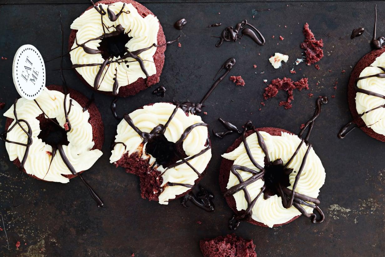 Seittiä muistuttava huoleton suklaaviirutus riittää koristelemaan donitsit halloween-juhliin.