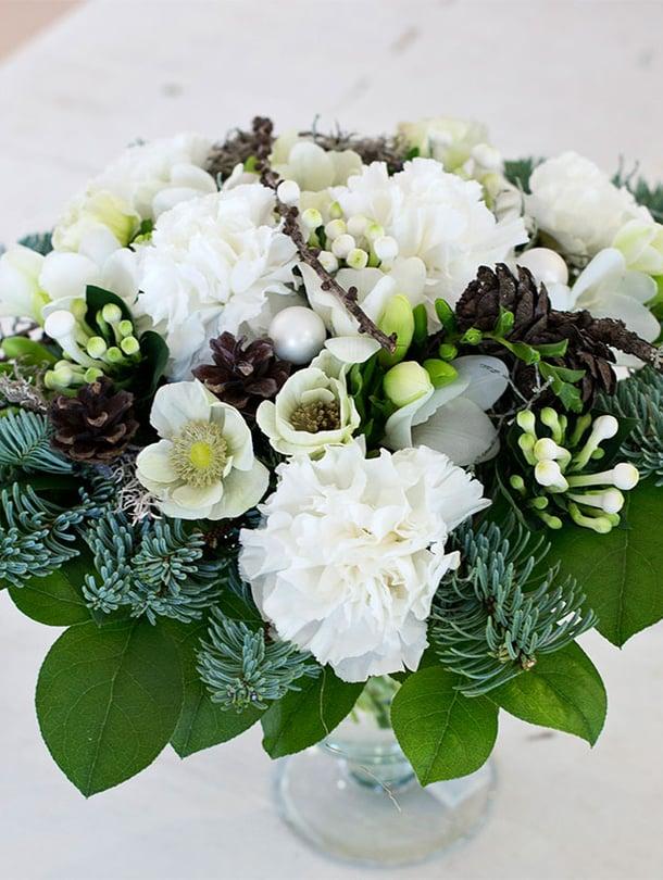 Kukkakimppu on joulupöydänkin kaunistus.