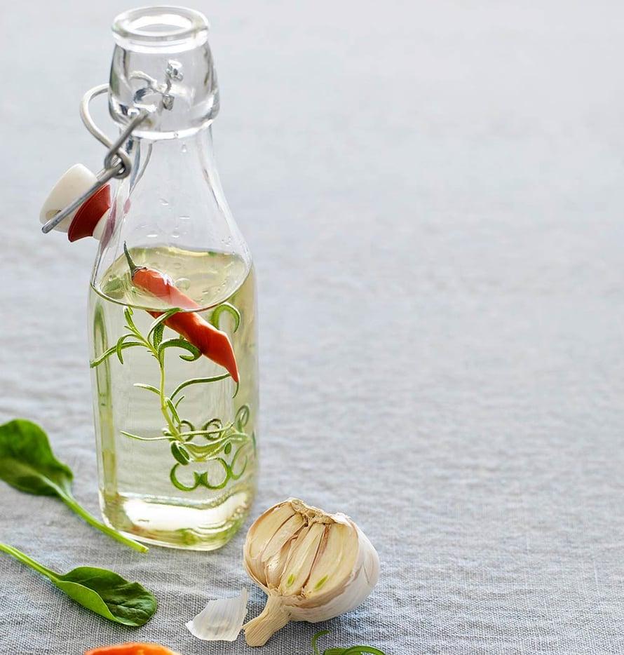 Salaatin ei ole tarkoitus uida kastikkeessa. Pieni tilkka riittää.