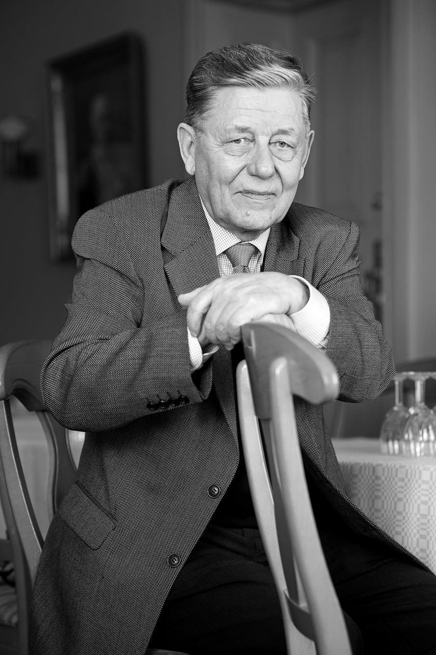 73-vuotias kenraalimajuri Aarno Vehviläinen jäi eläkkeelle Maanpuolustuskorkeakoulun rehtorin virasta 2004. Urallaan hän toimi muun muassa prikaatin komentajana ja YK-valvontajoukoissa Libanonissa. Jos Aarno ei muista, onko hänen poikansa Kimmo lomalla vai töissä, hän avaa radion varmistuakseen asiasta.