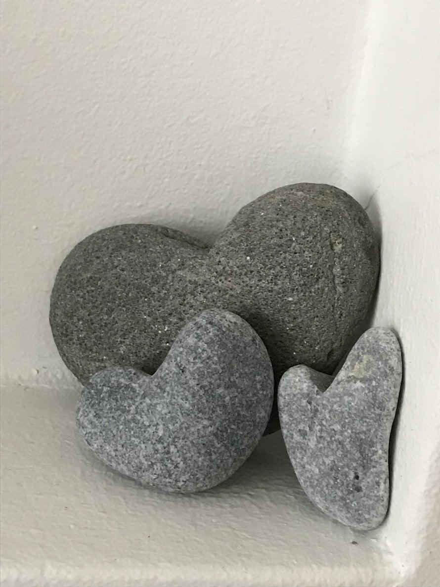 Kivet symboloivat kivistä polkuamme perheeksi. Saimme kauan odotetun tyttömme lähes 20-vuotishääpäivänä. Merenneito