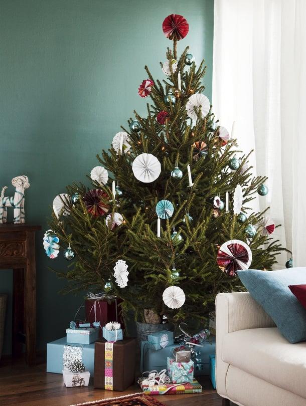 Joulukuusta ei pidä sulattaa liian nopeasti. Ensimmäisenä päivänä viileä tila, esimerkiksi sisäkuisti tai lasitettu parveke, on jäiselle puulle hyvä heräilypaikka.