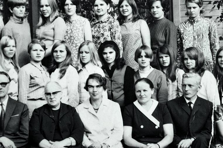 """""""16-vuotiaana Pitkälahden kristillisen kansanopiston luokkakuvassa. Olen tumma tyttö keskellä."""""""