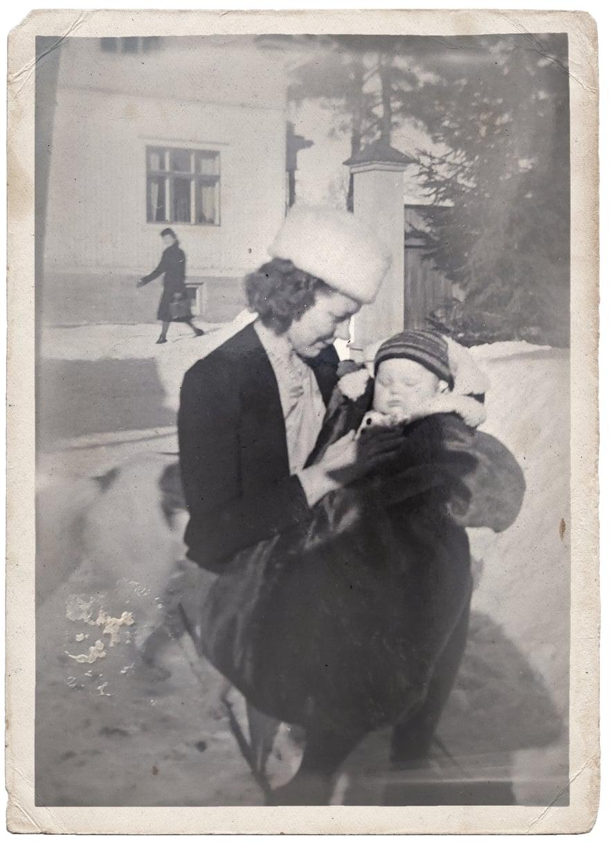 """Inga-äiti otti poikansa Kallen mukaan, minne menikin. Hän oli hyvin suorasanainen ihminen, """"pahapäinen"""", sanoivat sukulaiset. Pahapäisyyttä tarvittiin, kun Inga piti Kallen puolia syntymästä aikuiseksi asti."""