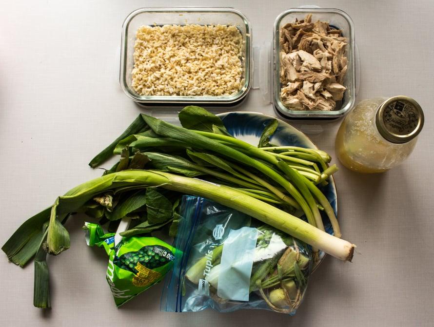 Sylillinen vihreää sekä jääkaapin tähteitä: eilistä keitettyä riisiä sekä kaupan grillikanaa, joka on revitty rasiaan ja käyttövalmista ruokaan kuin ruokaan.