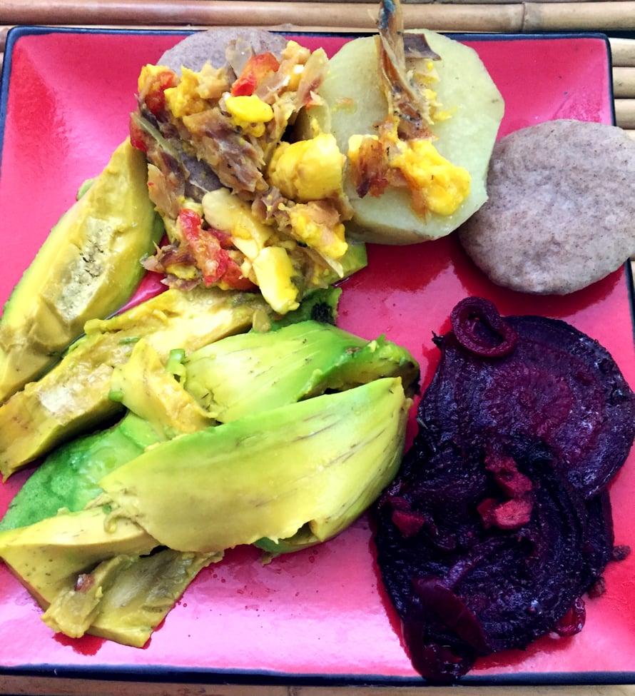 Marjon tyypillinen jamaikalainen aamupala: avokadoa, punajuurta inkiväärillä, bataattia ja hedelmiä suolakalalla.