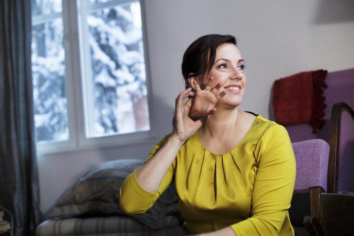 """Unna Lehtipuu, 47, on World Visionin viestintäjohtaja, yrittäjä ja bloggari. Hän asuu Espoossa puolisonsa sekä 6-, 8-, 13- ja 16-vuotiaiden lastensa kanssa. """"En tunne tarvetta miettiä tulevaisuutta. Ajattelen, että luetaan ensin tämä kappale loppuun. Olisi sääli harppoa kiireellä seuraavaan."""""""