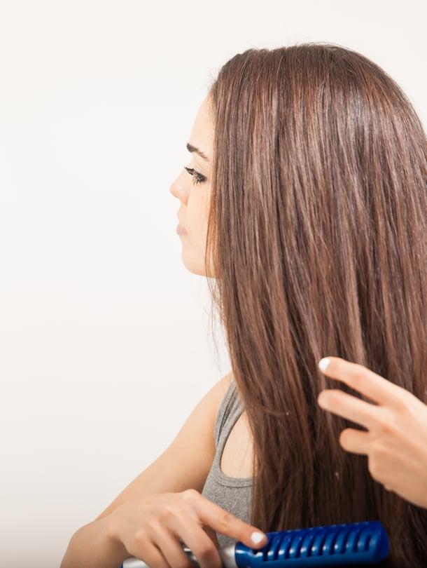 Hiusten harjaamisesta ei ole haittaa, kun sen tekee hellävaraisesti.