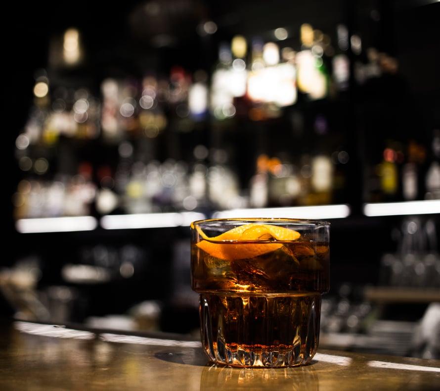 Talon negronia kypsytetään viikon verran Kyrö Distilleryn entisissä viskitynnyreissä.