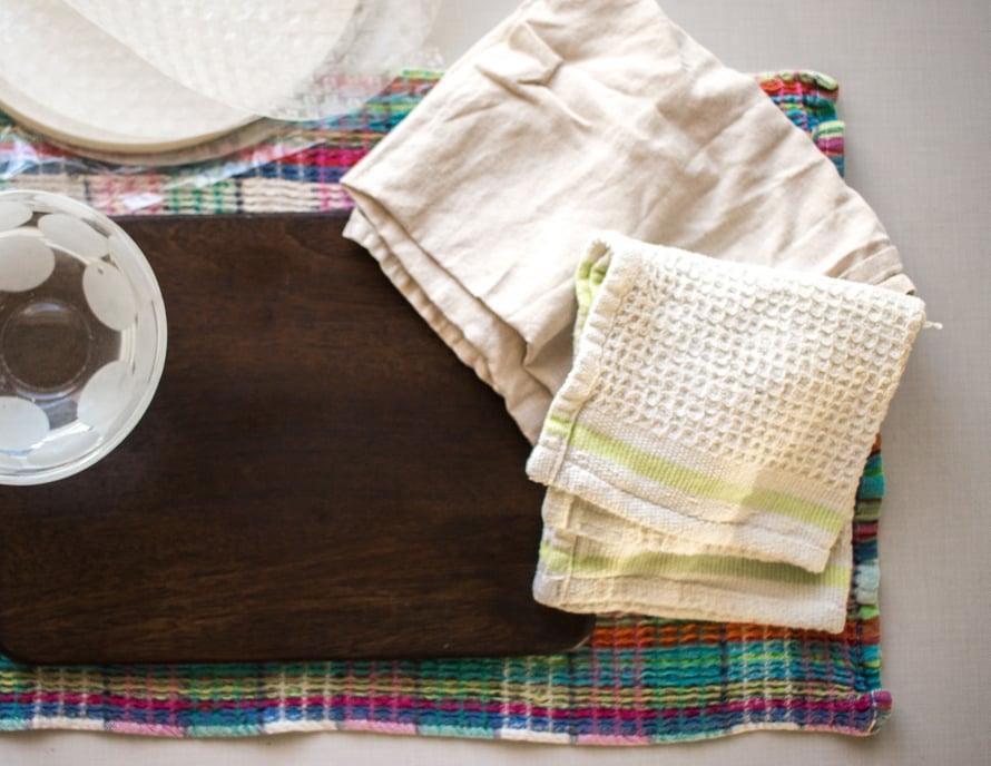 Laita leikkuulaudan alle pyyhe, joka imee ylimääräiset vedet. Ota lisäksi kaksi puhdasta keittiöpyyhettä ja kulho kylmää vettä.